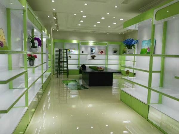 商店小商品绿色展柜和记电讯